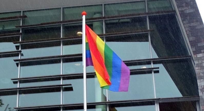 Middenstand hangt de vlag uit op Roze Zaterdag