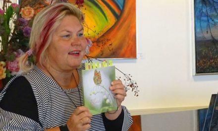 Evelien van Hillo draagt gedichten voor in Readshop