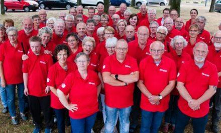 Vrijwilligers in nieuwe poloshirts begroeten deelnemers Fiets4Daagse