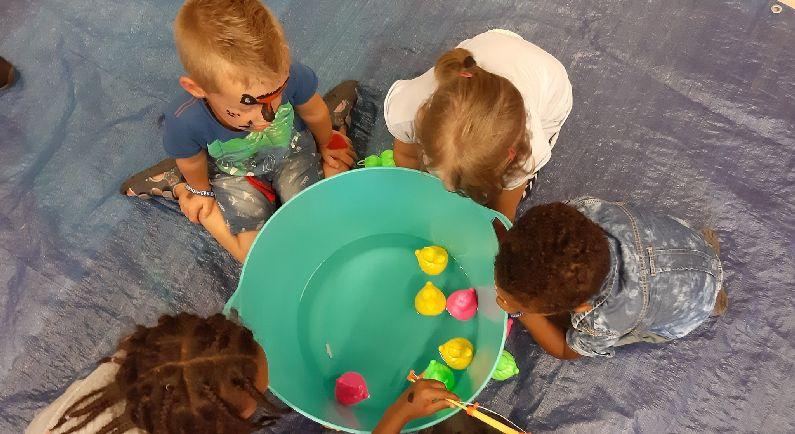 Kinderen maken mooie werkstukken in bibliotheek