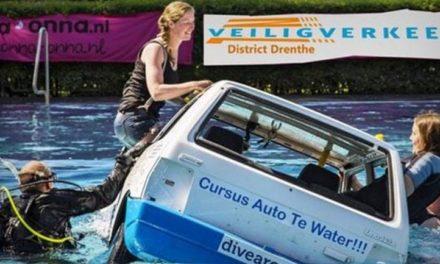 Auto gaat te water in Zwembad Zweeloo