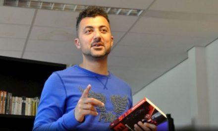 Özcan Akyol te gast in bibliotheek