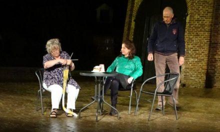 Publiek geniet van voorstelling ondanks regen