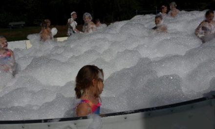 Kinderen gaan uit hun dak bij schuimparty