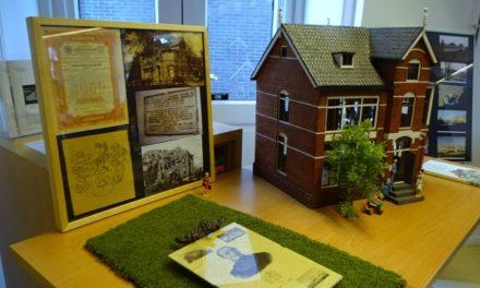 Bezoekers historische dag bewonderen maquette