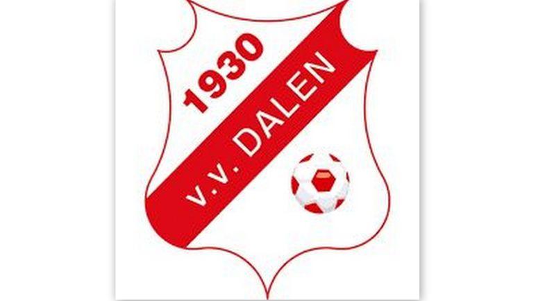 Rob Langeland geeft uitleg aan VV Dalen