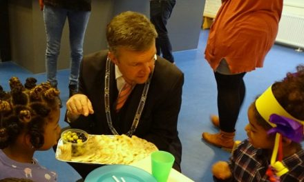 Burgemeester en leerlingen De Smeltkroes genieten van ontbijt