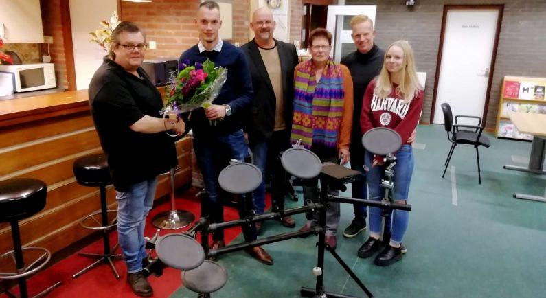 PvdA schenkt drumstel aan TalentenCentrum Coevorden