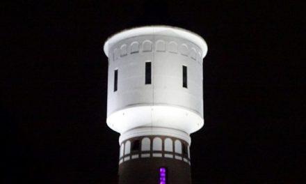 Watertoren staat er weer mooi verlicht bij