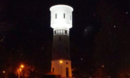 Watertoren kleurt oranje in kader campagne