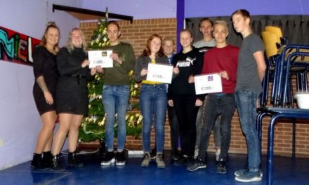 Leerlingen Esdal College reiken eerste cheque obstaclerun uit