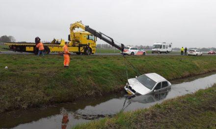 Auto belandt in sloot; geen gewonden