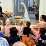 Miss Ganzenhoedster leest voor uit 'Moppereend'