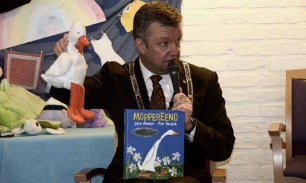 Burgemeester leest voor uit 'Moppereend'