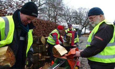 Rotary hakt weer hout voor goed doel