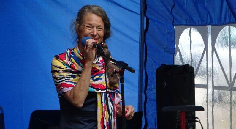 Inge Tibben zingt chansons in Zweeloo