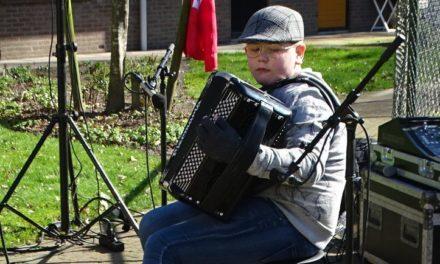 Ouderen genieten volop van accordeonmuziek Dirk Veenstra