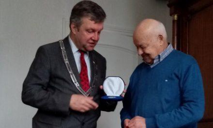 Jans Vos: vijftig jaar lid van bijenvereniging