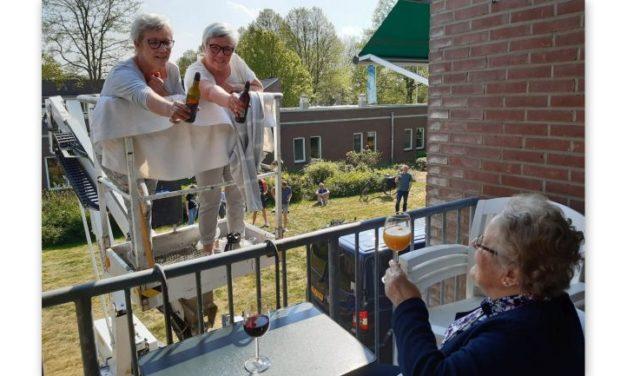 Jarige tweeling bezoekt moeder per hoogwerker
