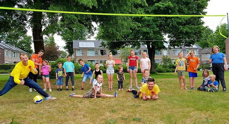 Jongerenwerkers laten kinderen buiten spelen