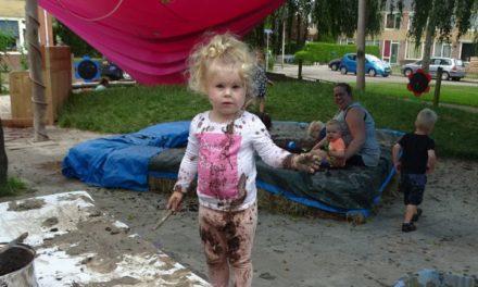 Kinderen spelen volop met modder