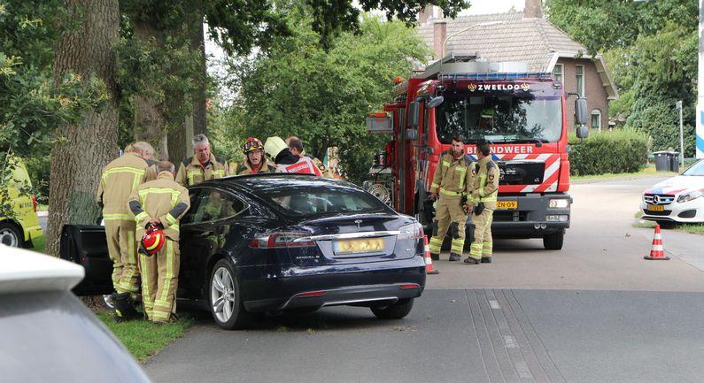 Auto botst tegen boom: één lichtgewonde