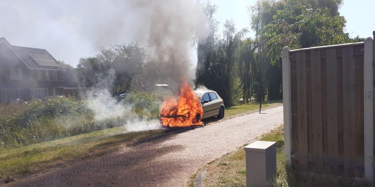 Brand in auto in Drostenstraat