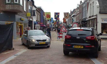 Auto's rijden in groten getale Friesestraat in