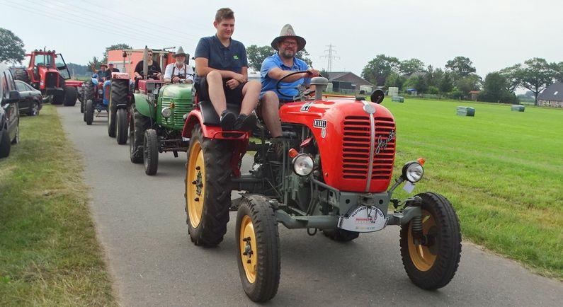 Honderd tractoren doen mee aan oldtimertocht