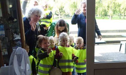 Kinderen De Rollebol verrassen ouderen