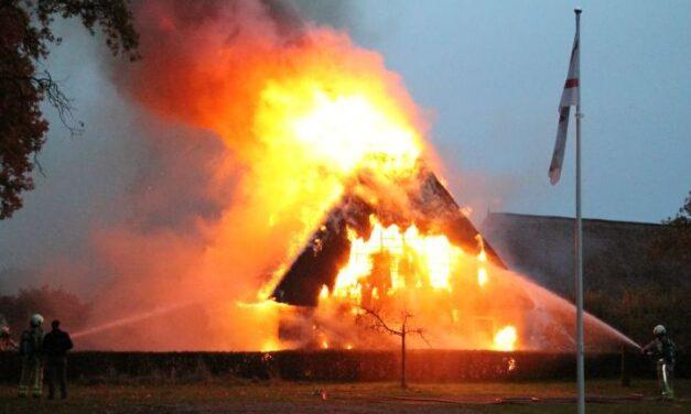 Grote brand in woonboerderij Zweeloo