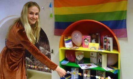 Maria Smit opent regenboogkast