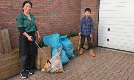 Tianle en zijn moeder ruimen zwerfafval op