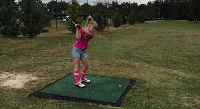 Kinderen krijgen kans om te golfen