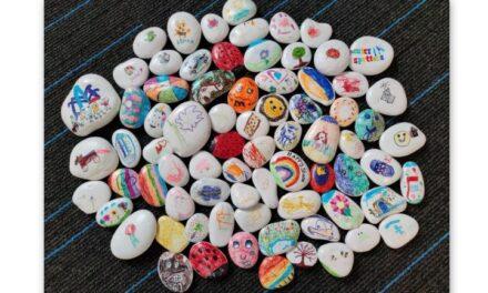 Leerlingen De Fontein maken happy stones