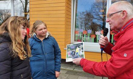 Buurtsportcoaches delen boekje 'Buitenspelen' uit
