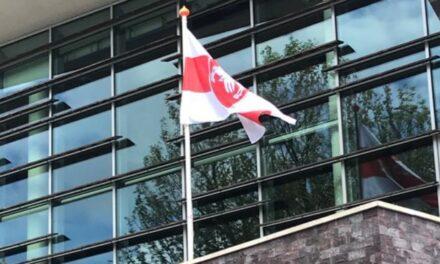 Vlag wappert als teken van solidariteit