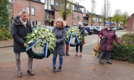 Kransen en bloemen gelegd bij synagoge en verzetsmonument